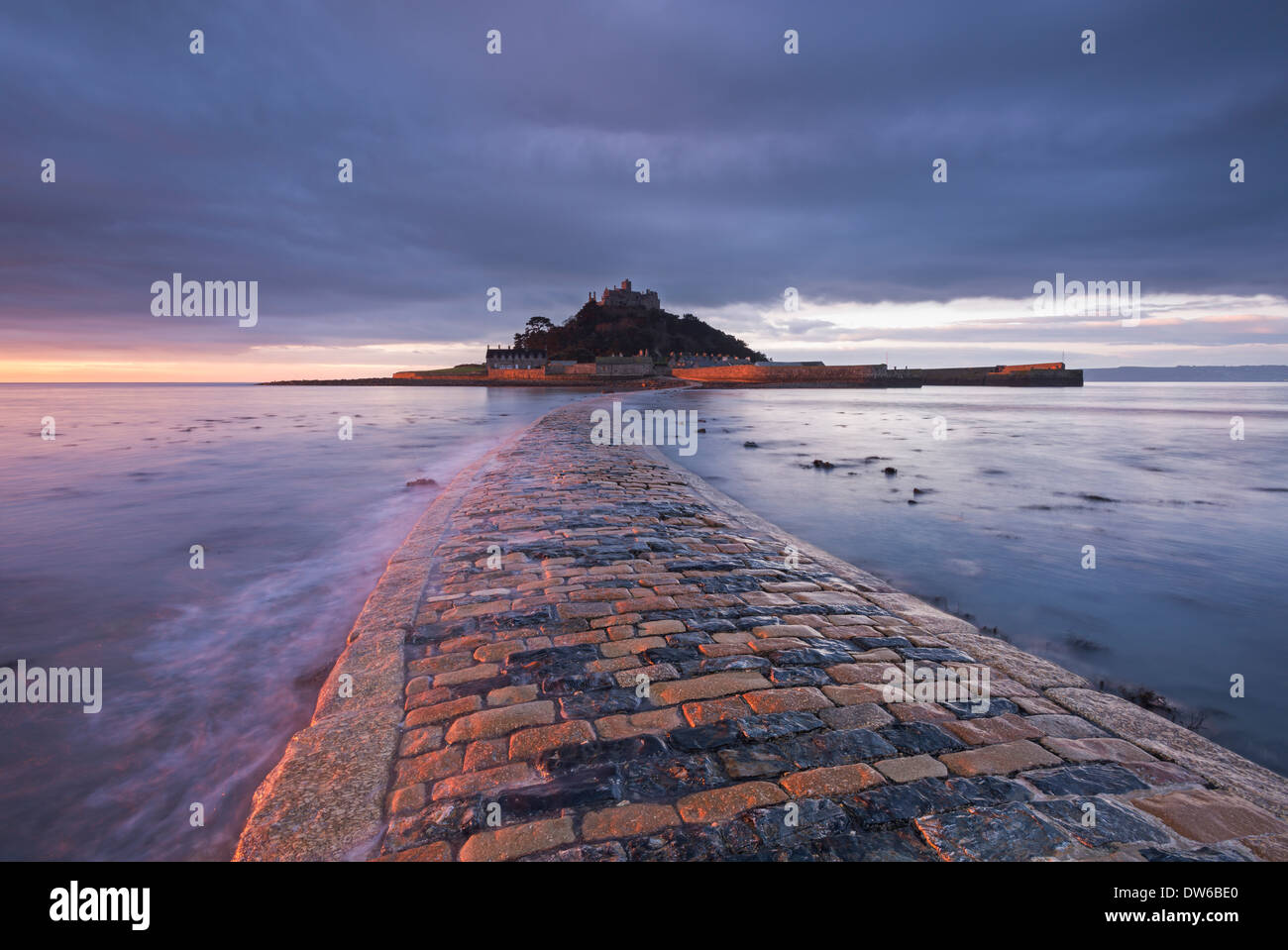 St Michael's Mount and the Causeway at dawn, Marazion, Cornwall, England. Winter (January) 2014. - Stock Image