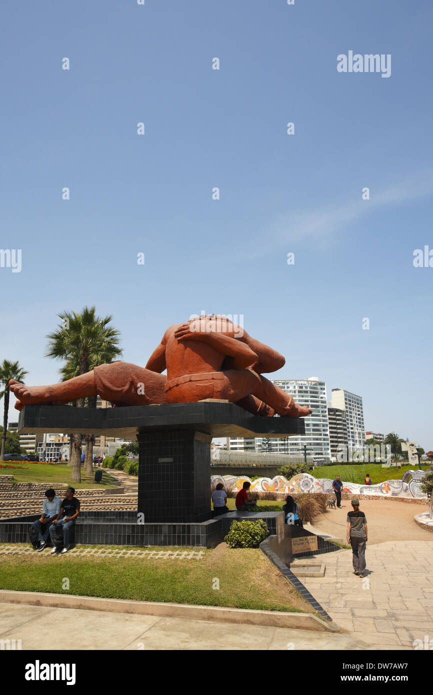 El Beso (the kiss) sculpture by Victor Delfín, Parque del Amor (Love Park), Lima, Peru - Stock Image