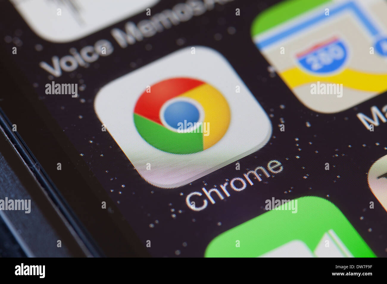 Chrome web browser app icon on mobile phone. - Stock Image