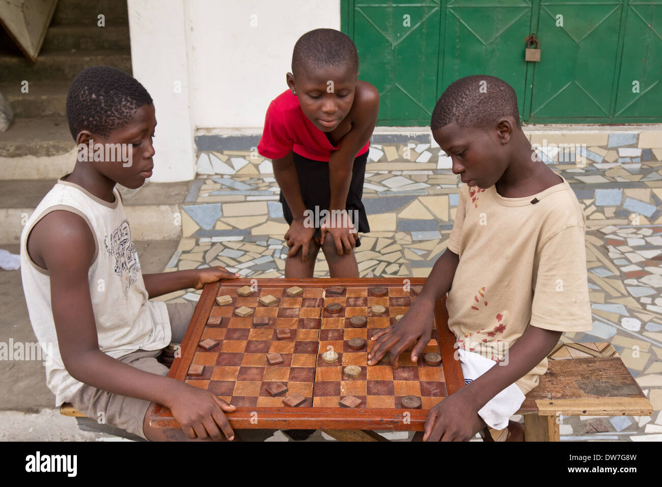 Friends playing Damii (Draughts) in Cape Coast, Ghana - Stock Image