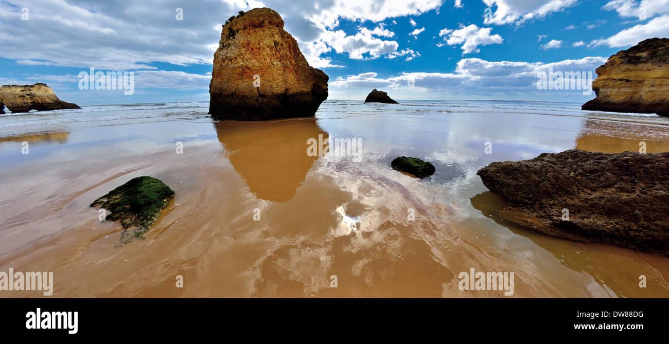 Portugal, Algarve: Waves and rocks at beach Prainha - Stock Image