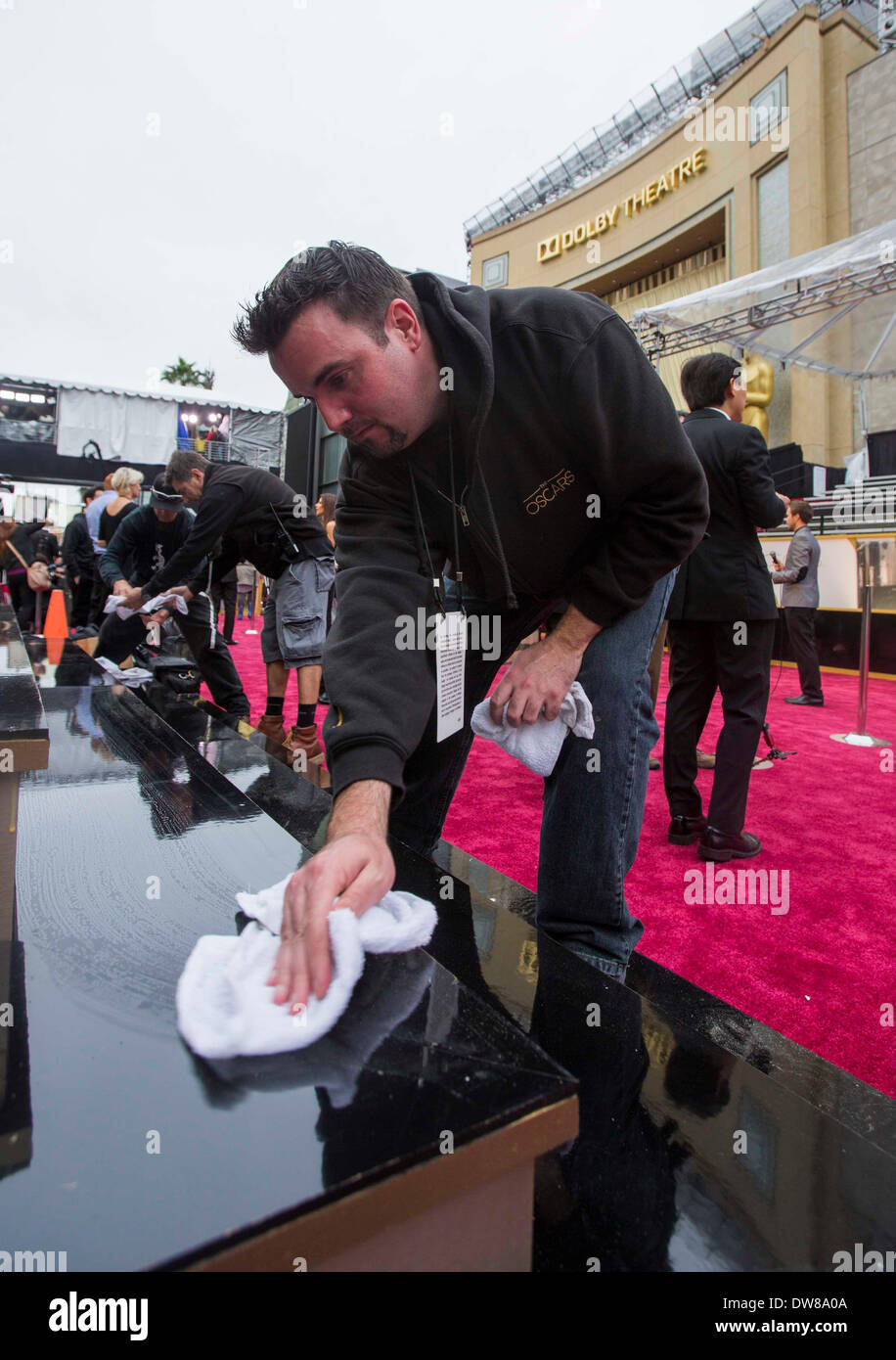 (140303) -- LOS ANGELES, March 3, 2014 (xinhua) -- A worker cleans the red carpet arrival area in front of the Dolby Theatre before the 86th Academy Awards in Los Angeles, the United States, March 2, 2014. (Xinhua/Zhao Hanrong) (hcs) - Stock Image