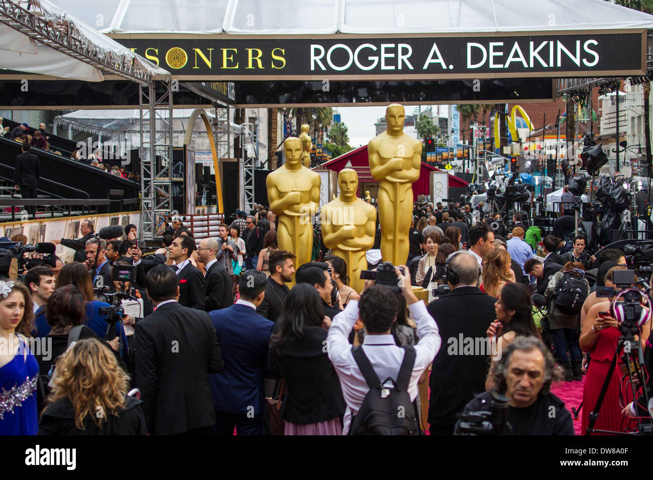 Los Angeles, CA, USA. 3rd March, 2014. Media members crowd in the red carpet arrival area in the Dolby Theatre before the 86th Academy Awards in Los Angeles, the United States, March 2, 2014. Credit:  Xinhua/Alamy Live News - Stock Image