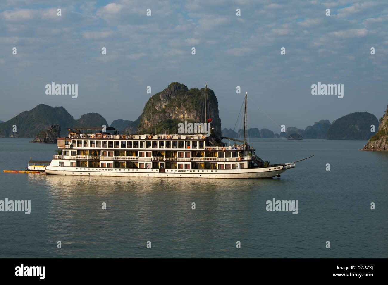 Cruising among the 3000 islets of Ha Long Bay - Stock Image