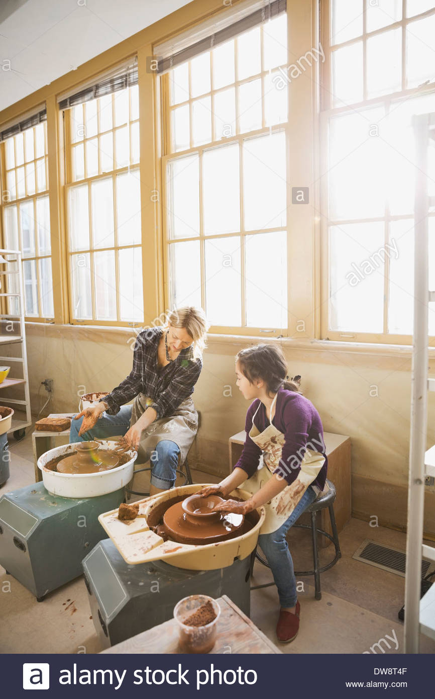 Student and teacher in pottery studio - Stock Image