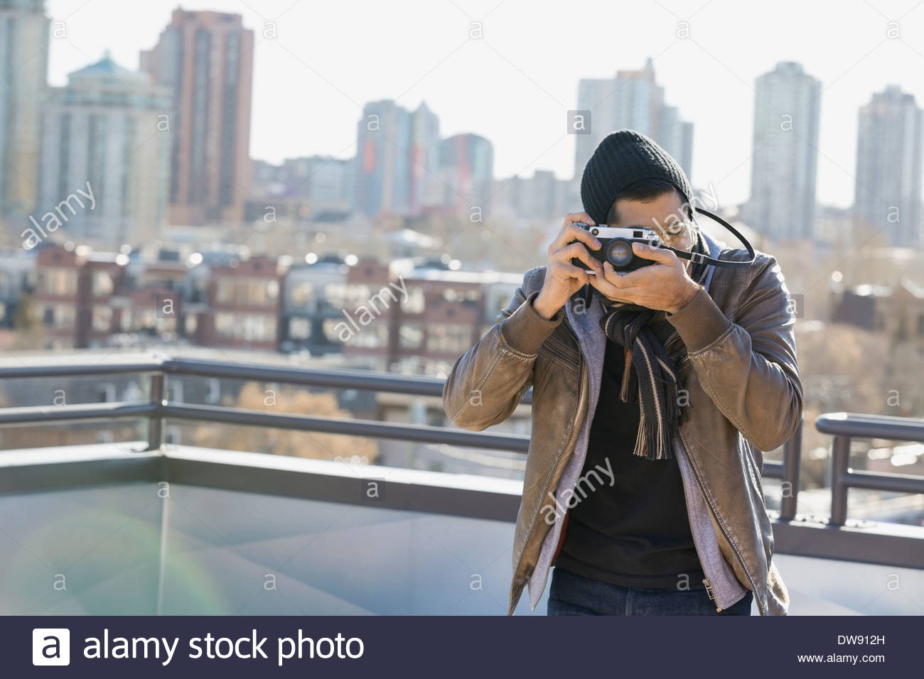 Man using vintage camera outdoors - Stock Image