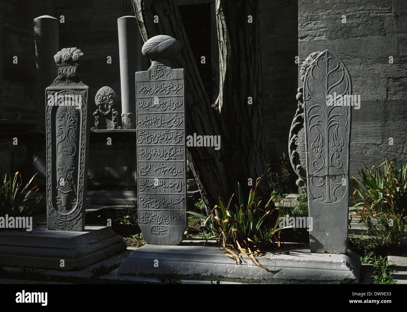 Turkey. Istanbul, Ottoman funerary steles. Cemetery of the Suleymaniye Mosque. - Stock Image