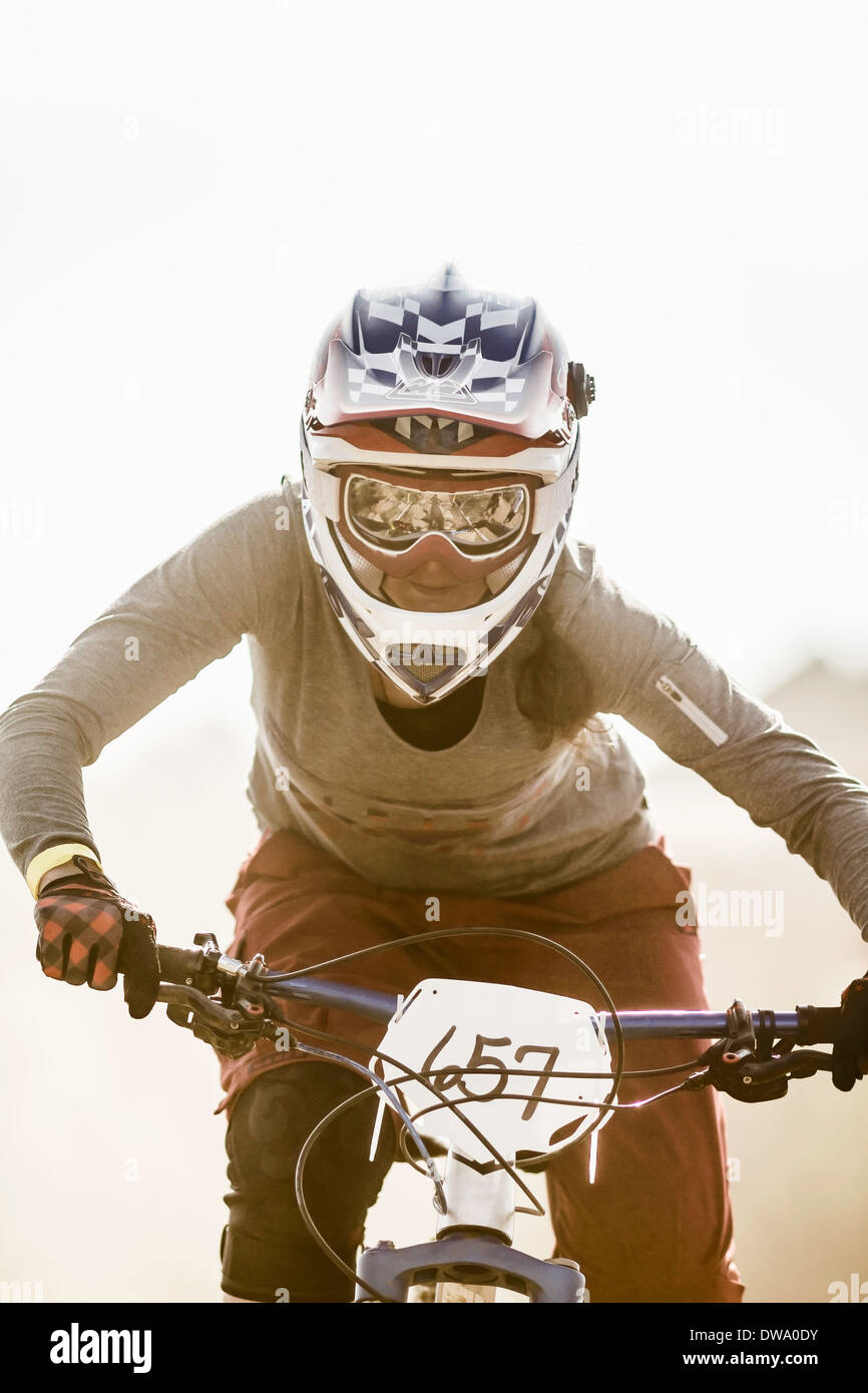 Young woman racing on mountainbike, Fontana, California, USA - Stock Image