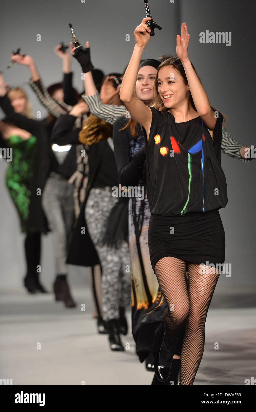 Paris, France. 4th Mar, 2014. Models present creations of Agnes B. during the Paris Fashion Week Fall/Winter 2014-2015 in Paris, France, on March 4, 2014. Credit:  Chen Xiaowei/Xinhua/Alamy Live News - Stock Image