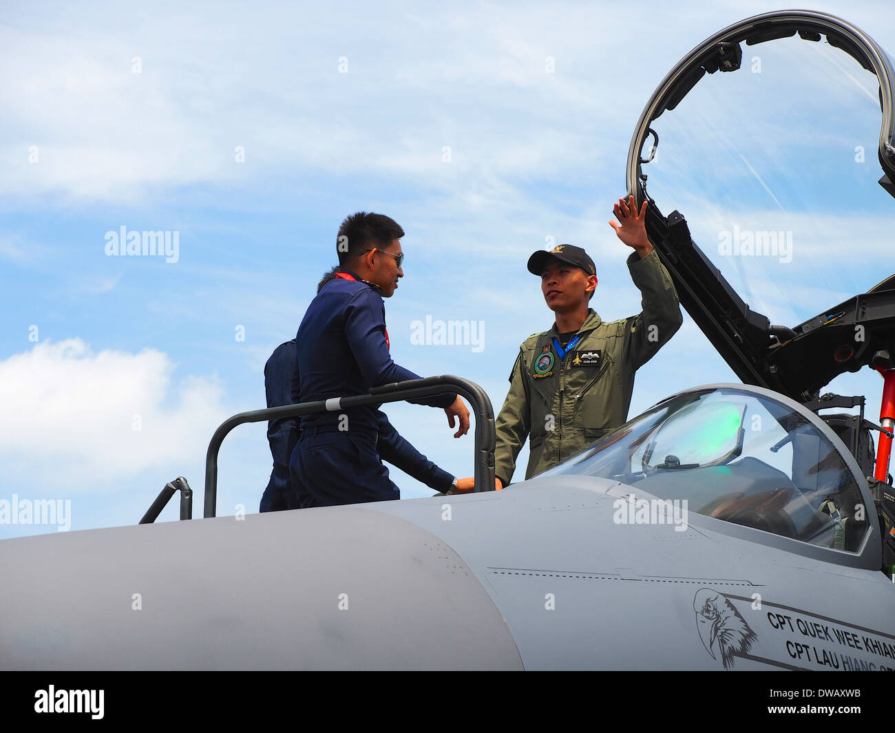 An RSAF personnel explaining the cockpit of the F-16 Fighting Falcons to visiting personnel from the Royal Thai Air Force at the - Stock Image