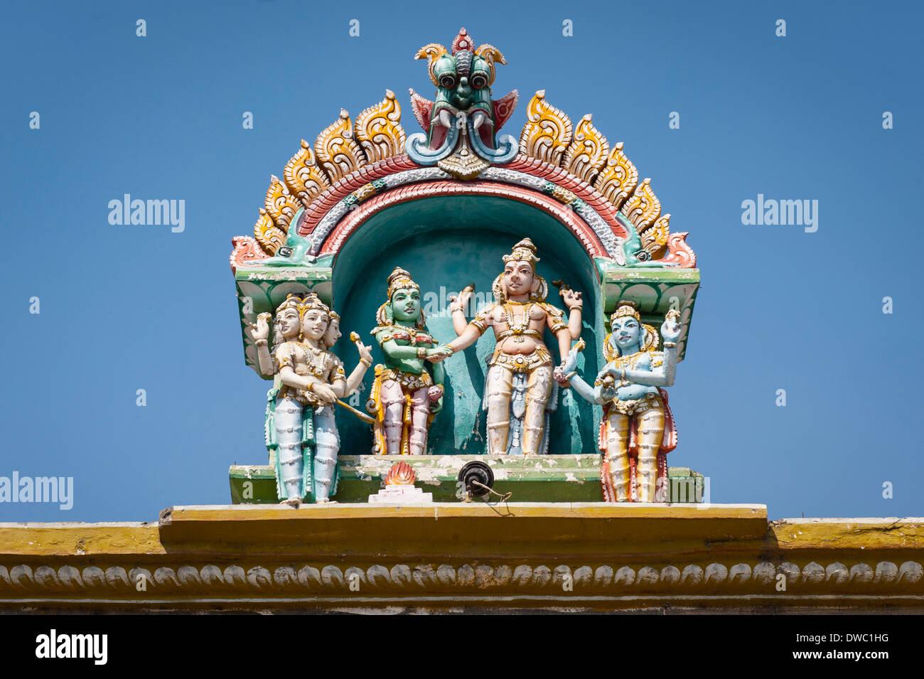 India Tamil Nadu Kanchipuram 6th century Sri Ekambareswarar Hindu Shiva Temple roof detail stucco figures statues sculptures colourful colorful - Stock Image
