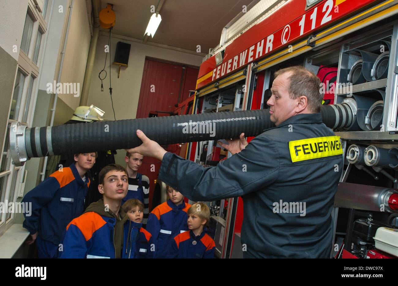 Andreas Fuhlbruegge instructs young fire fighters during a training session at the volunteer fire department in Kistow in Frankfurt Oder, Germany, 27 February 2014. Every 14 days, the young fire fighters meet for training at the fire department. Even though there isn't a shortage of new recruits in Klitsow, but the situation is different at the fire dpartments in the rest of the state. In Brandenburg there are around 48,000 fire fighters and most of them are volunteers. This number will sink as well along with the change in demographics. Photo: Patrick Pleul - Stock Image