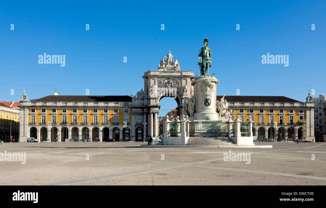 The Rua Augusta arch and the statue of King José I, in the square of Praça do Comércio,  in Lisbon, Baixa, Portugal. - Stock Image