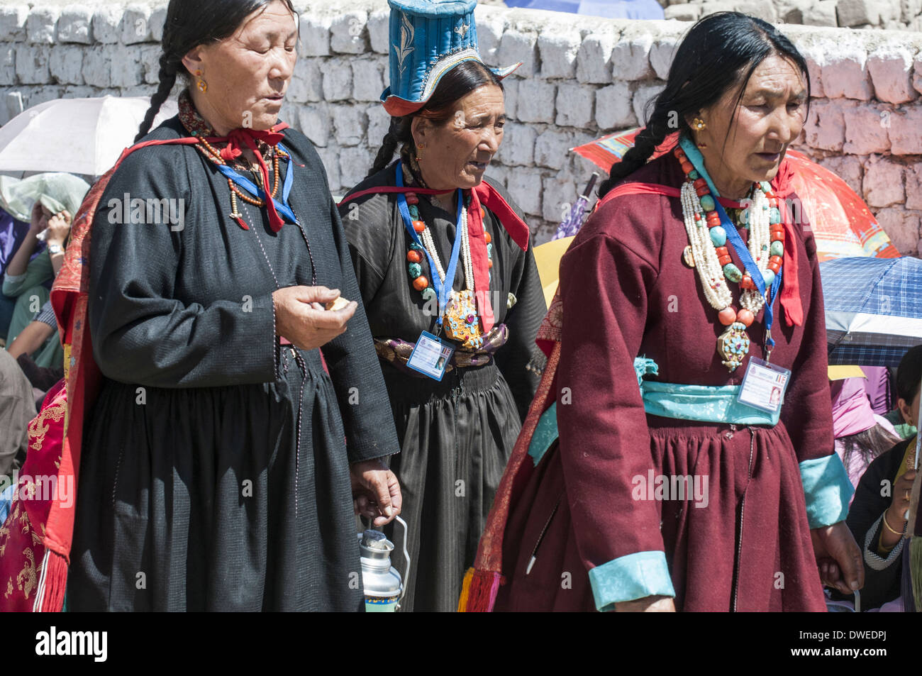 Ladakhi women wait to welcome the Dalai Lama to Leh, the capital of their remote region of Kashmir - Stock Image