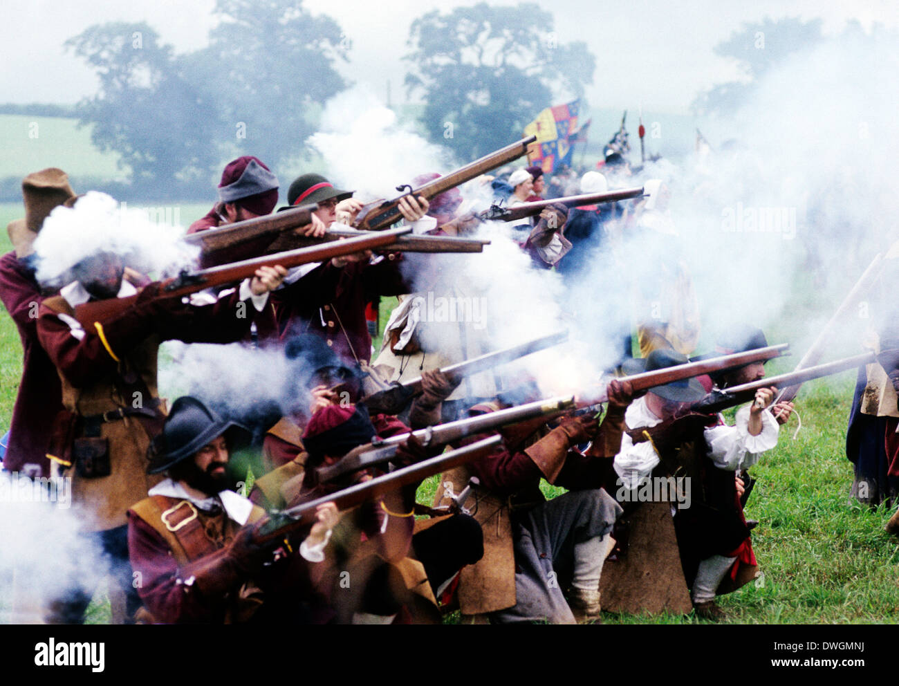 English Civil War, musket fire in battle, 17th century, battles firing muskets, historical re-enactment soldier soldiers England UK military - Stock Image