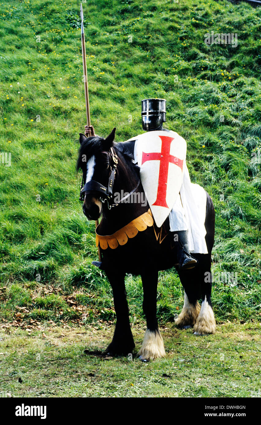 Historical re-enactment, Medieval Crusader Knight on horseback soldier soldiers horse shield with red cross - Stock Image