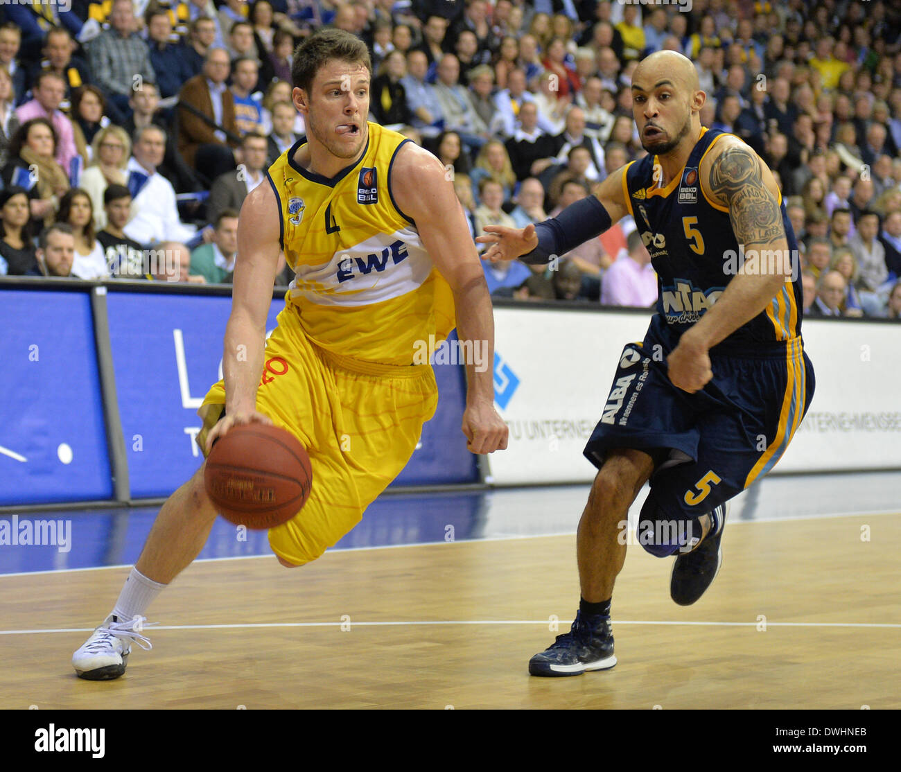 Oldenburg's Chris Kramer (L) vies for the ball with Berlin's David Logen during the German Bundesliga basketball match between EWE Baskets Oldenburg and ALBA Berlin at EWE Arena in Oldenburg, Germany, 08 March 2014. Photo: Carmen Jaspersen - Stock Image