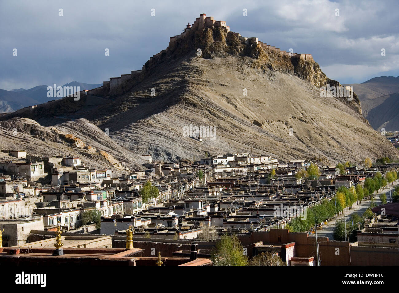 Gyantsie Fort and the town of Gyantse in Tibet. - Stock Image