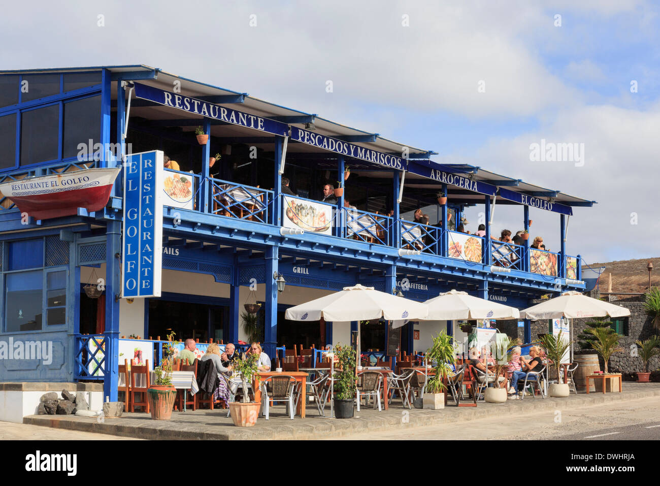People dining outside a seafood restaurant in El Golfo, Lanzarote, Canary Islands, Spain, Europe. - Stock Image