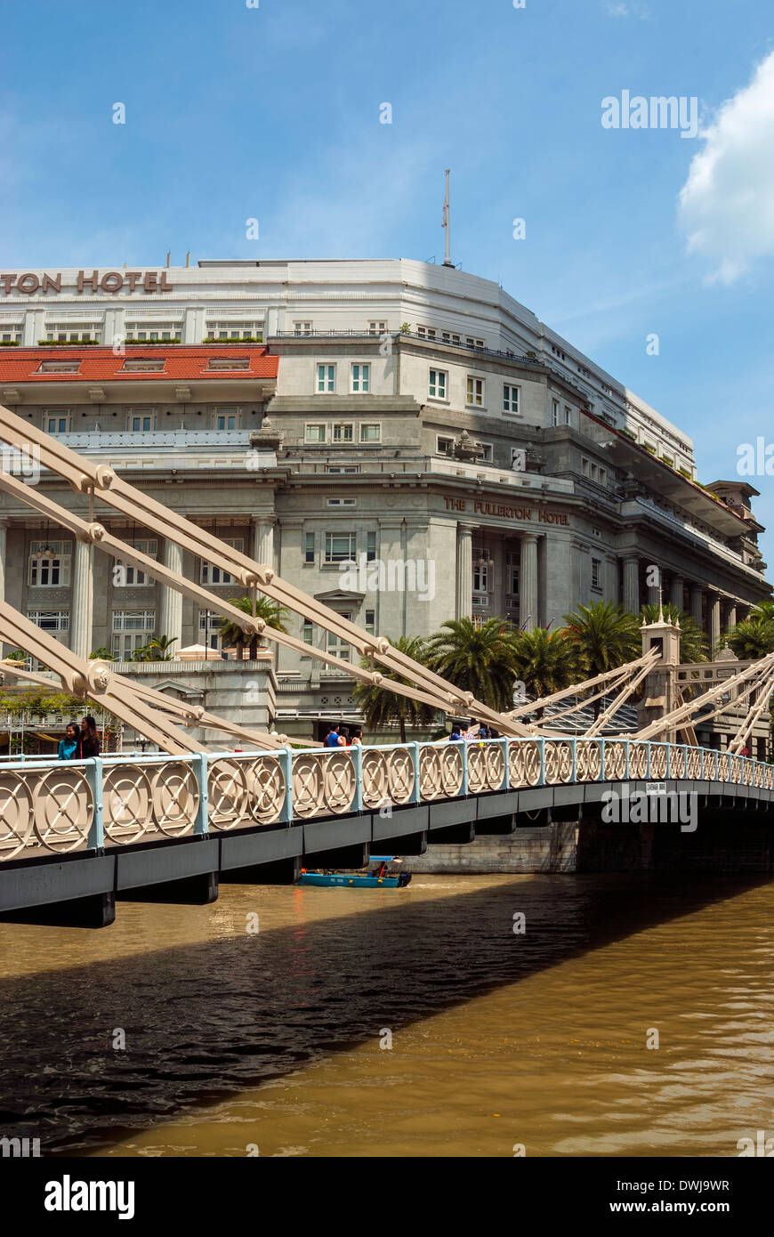 The Fullerton Hotel and Cavenagh Bridge, Singapore - Stock Image