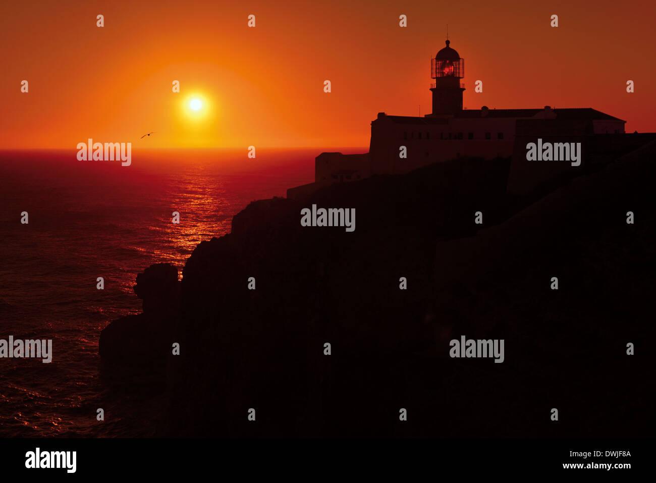 Portugal, Algarve: Sundown at the lighthouse of Cape St. Vincent - Stock Image