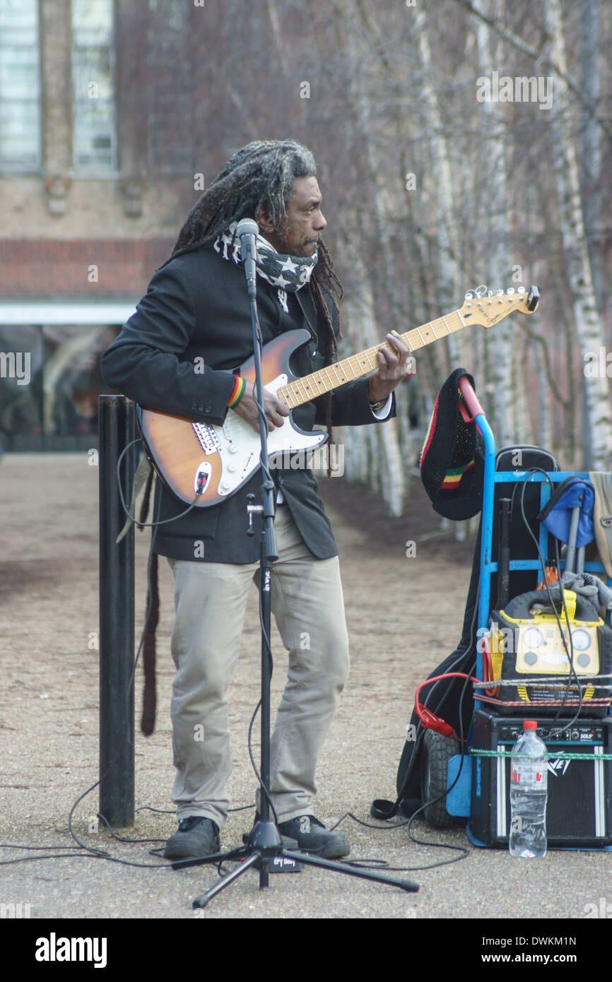 reggae busker London  Reggae guitarist street musician London - Stock Image