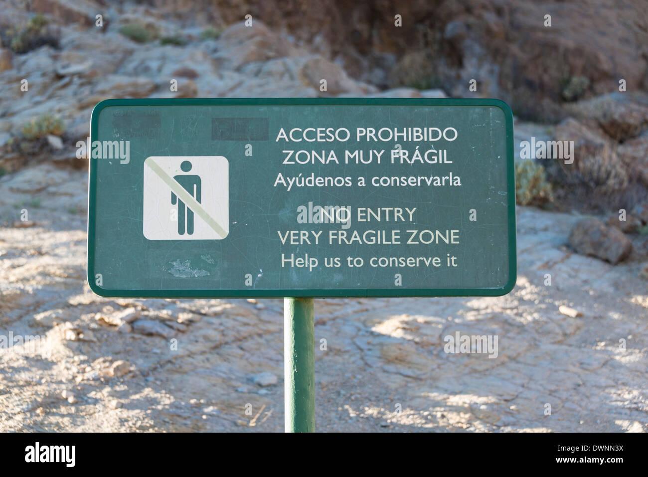 Sign in Spanish and English, 'No entry, very fragile zone, help us to preserve it,' Llano de Uruanca plateau, Parque Nacional de - Stock Image