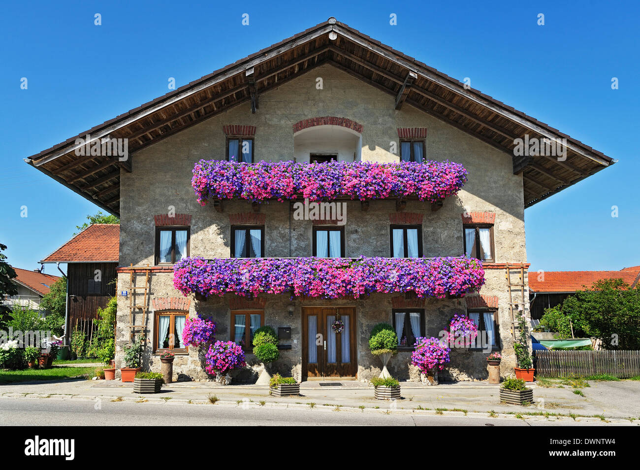 Farm, balconies with geraniums, Schlacht, Upper Bavaria, Bavaria, Germany - Stock Image