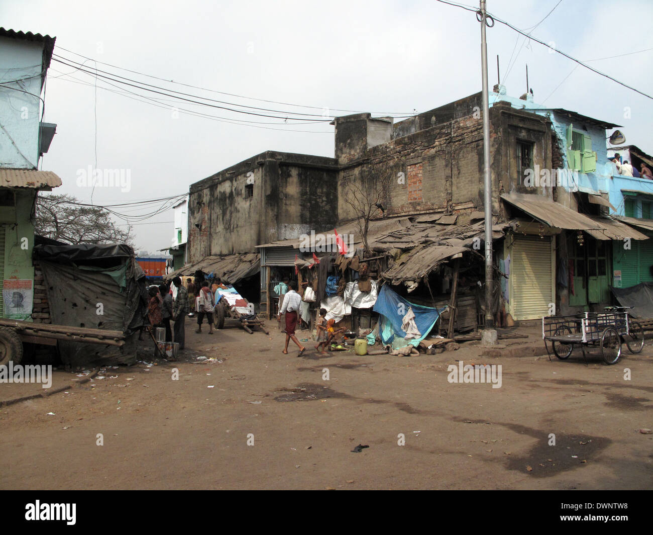 Streets of Kolkata. Poor Indian family living in a makeshift shack by the side of the road Stock Photo