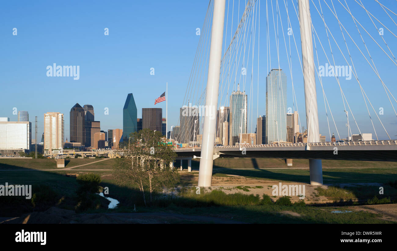 Dallas, Texas, USA, freeway bridge and downtown skyline - Stock Image