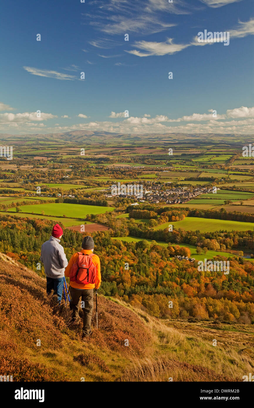 Walkers in the Eildon Hills near Melrose, overlooking Newtown St Boswells. The Cheviot Hills are in the background. - Stock Image