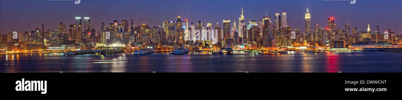 Manhattan at night - Stock Image