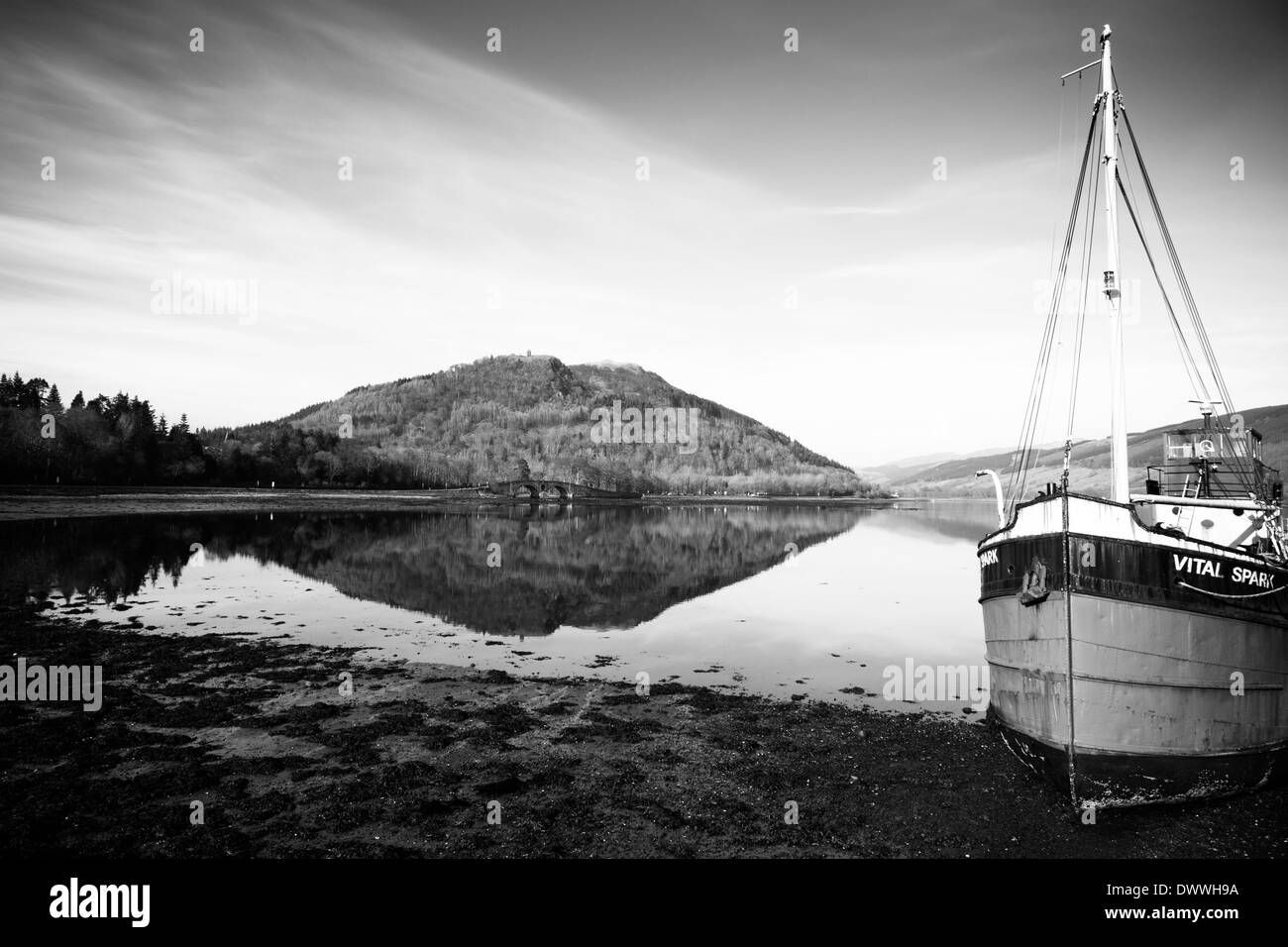 Dun Corr Bhile hill with Inverary Bridge in front of it. Situated on Loch Fyne, Scotland. With Clyde Puffer 'Vital Spark' - Stock Image