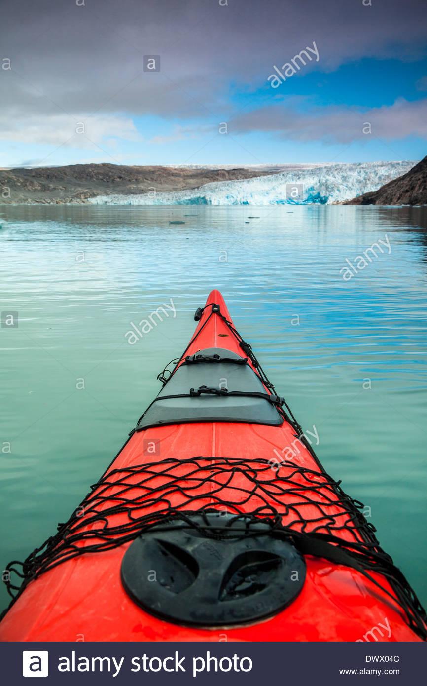 Red kayak bow on lake - Stock Image