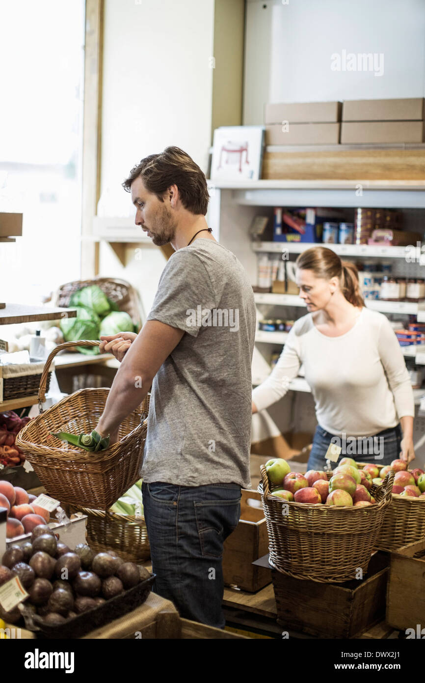 Friends shopping groceries in supermarket - Stock Image