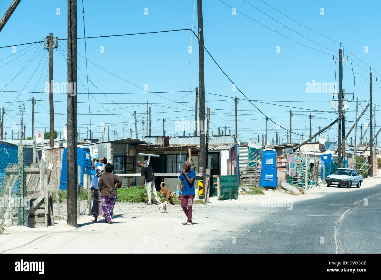 Road with makeshift houses and people in Khayelitsha, Cape Town, Western Cape, South Africa - Stock Image