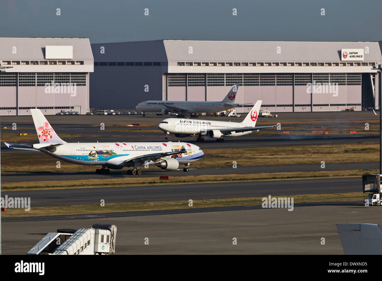 JAL Landing China Airlines Take Off at the same time. - Stock Image