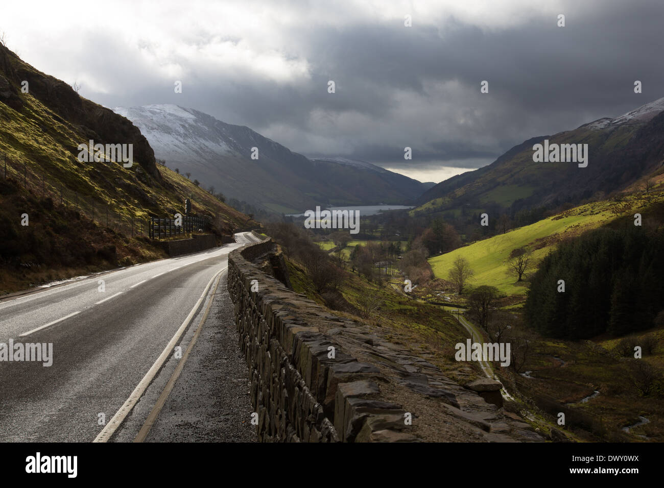 Talyllyn Pass with snow dusted mountains and brooding darl clouds - Stock Image