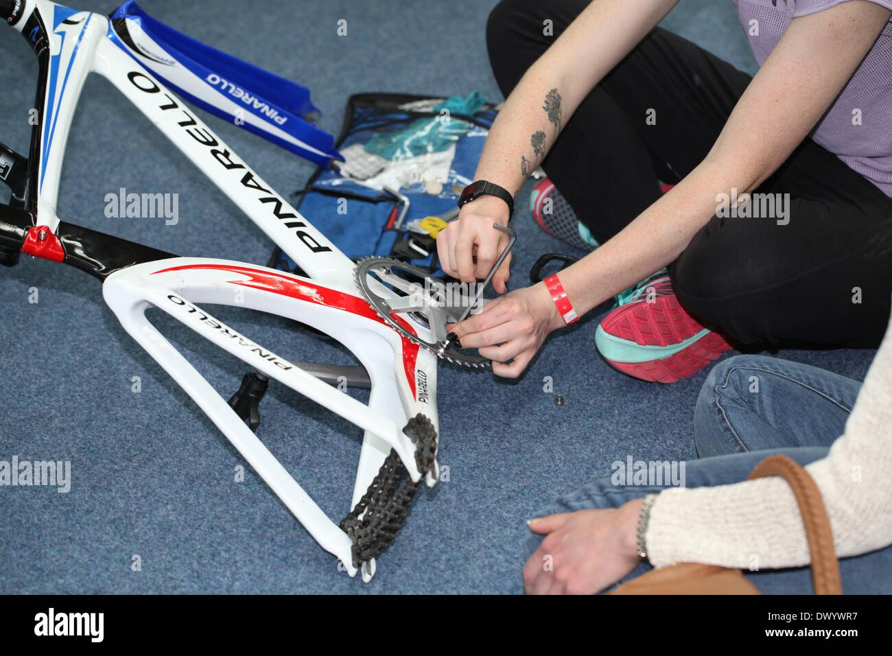 Lee Valley VeloPark, London, UK. 15th March 2014. Revolution Series Track Cycling Round 5, day 2. Katie Archibald changing her gearing ratio prior to the afternoon session Credit:  Neville Styles/Alamy Live News - Stock Image