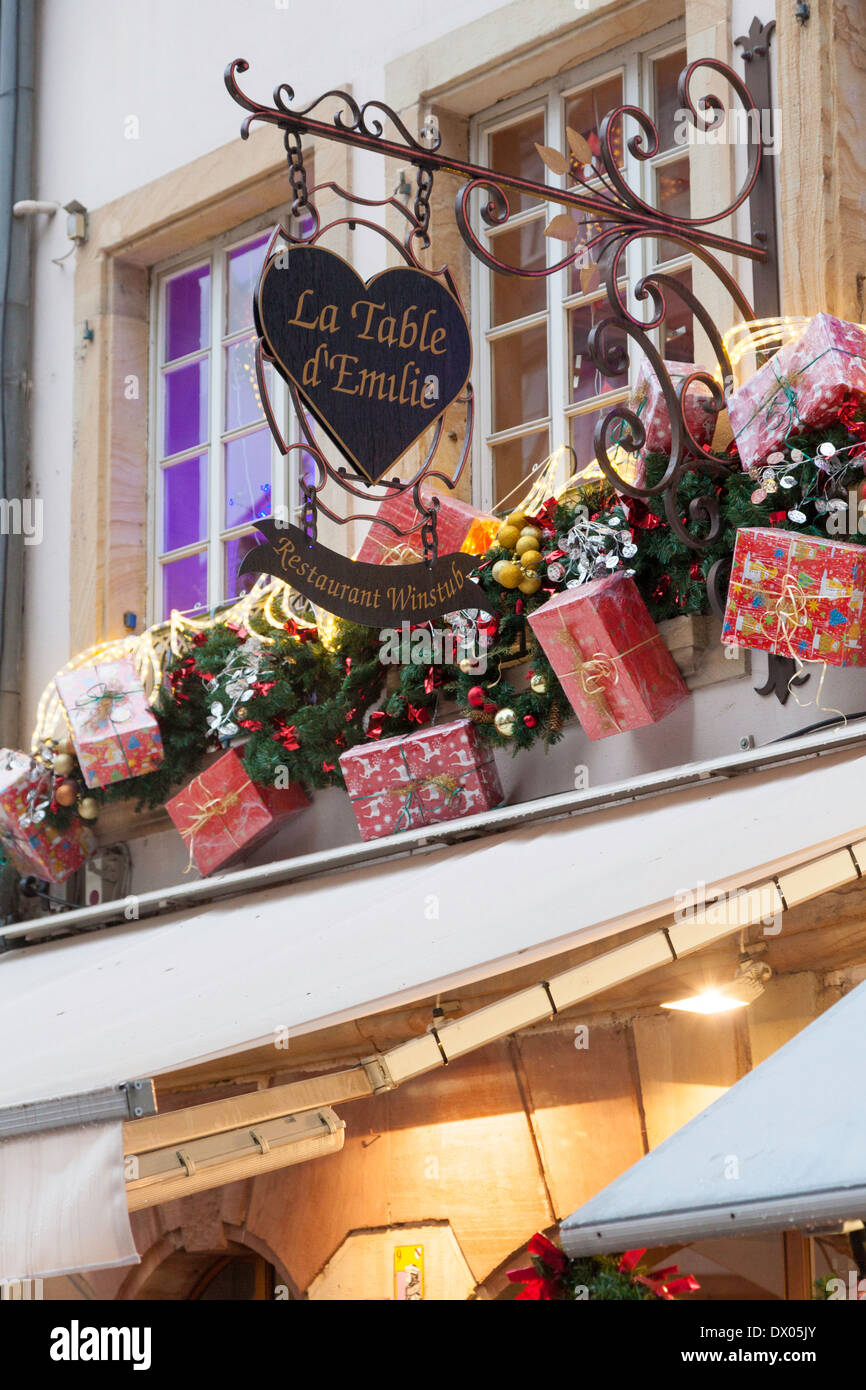christmas decorations in the exterior of the restaurant la table demilie