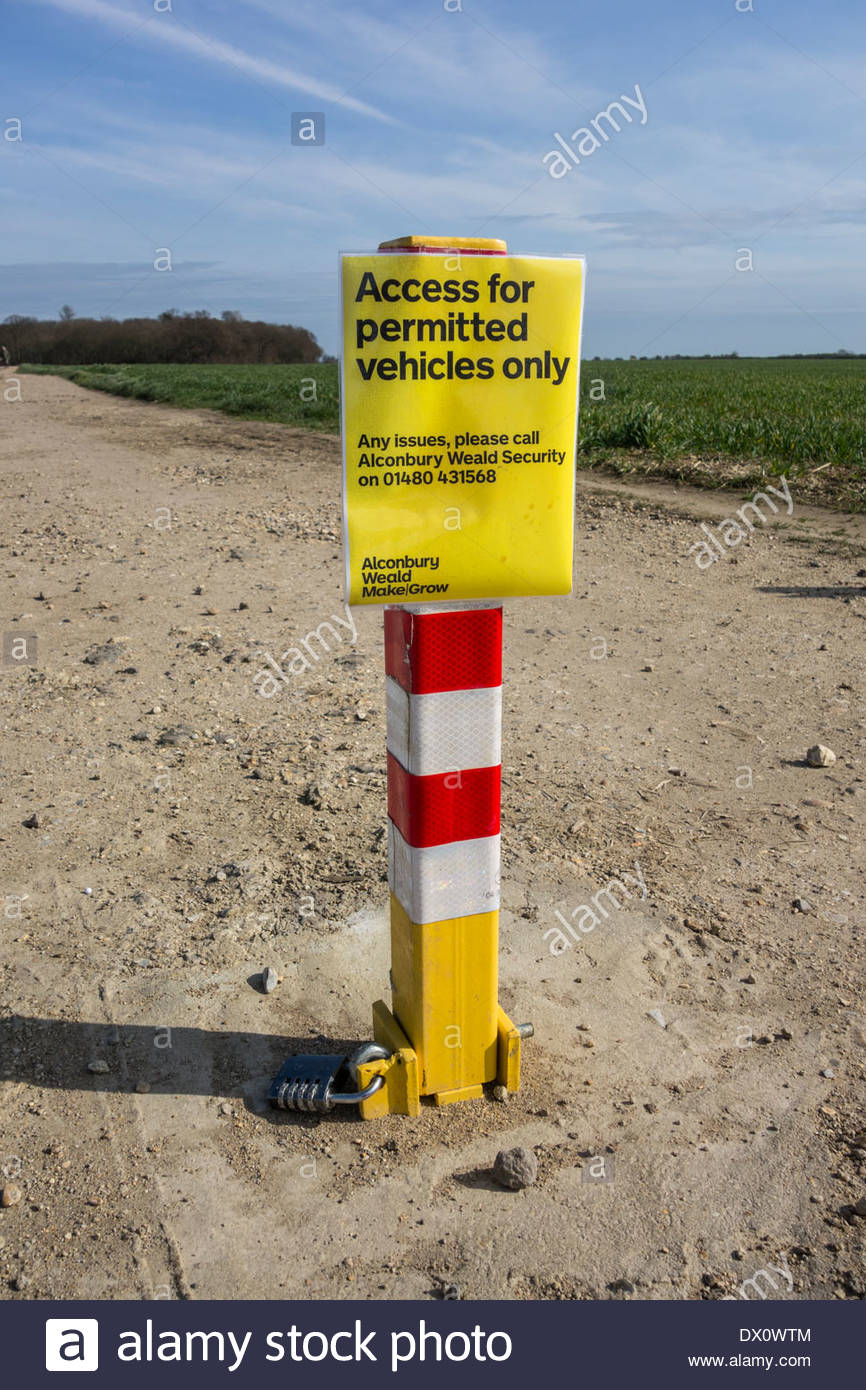Barrier to prevent access to non- permitted vehicles on a track/bridleway in Cambridgeshire - Stock Image