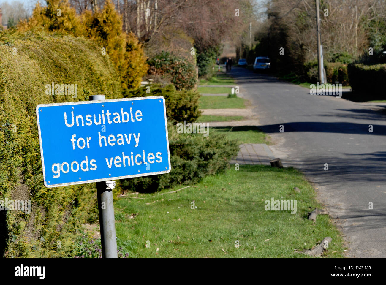 Kent, England, UK. 'Unsuitable for HGVs' sign in a small village lane - Stock Image