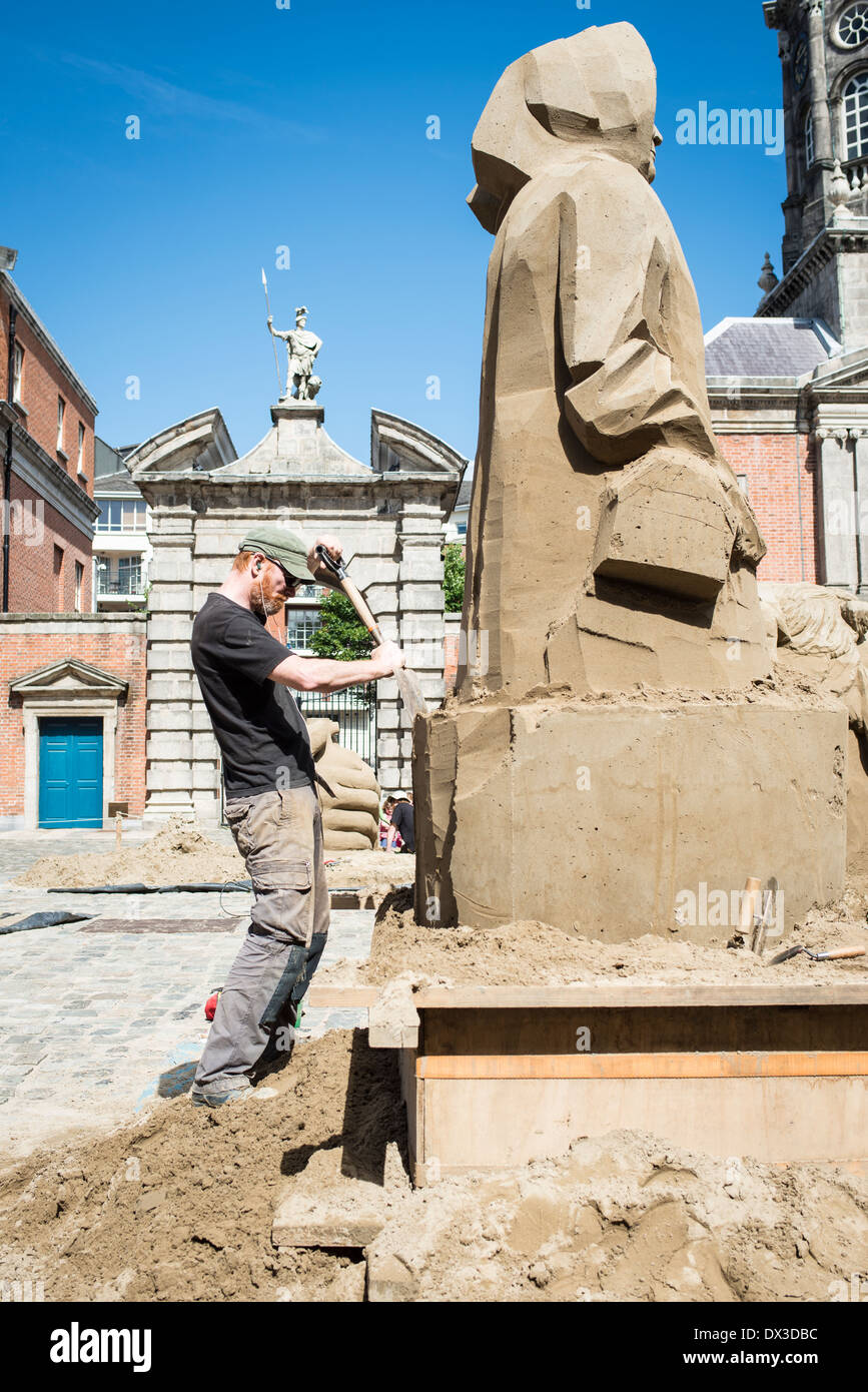 Sand sculpter Alan Magee at work in Dublin - Stock Image