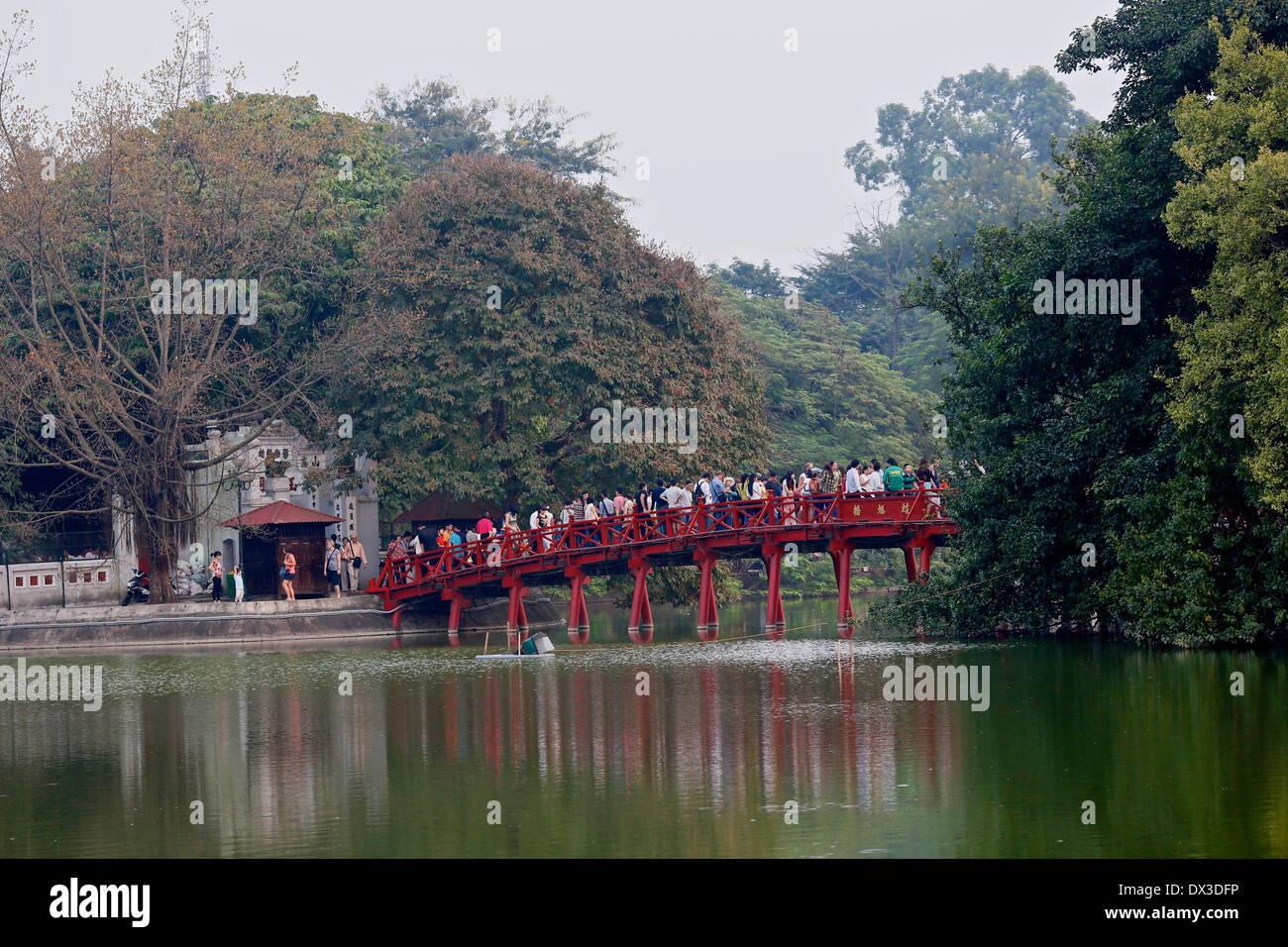 Crowds across the whole bridge to the Ngoc son Temple  on Hoan Kiem Lake. Hanoi, Vietnam, South East Asia - Stock Image