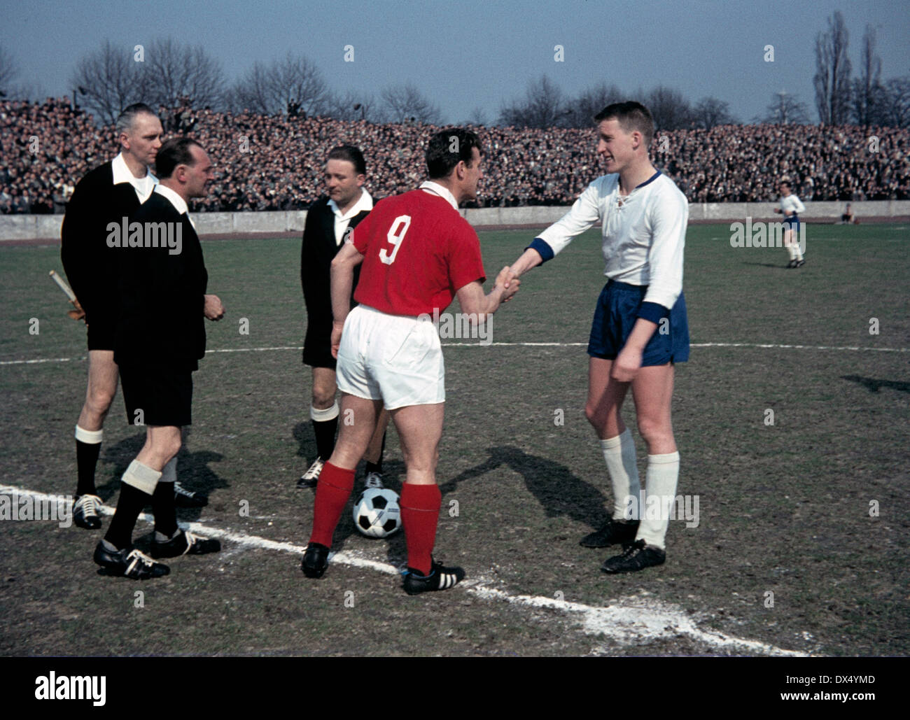 football, Oberliga West, 1962/1963, Wedau Stadium Duisburg, Meidericher SV versus 1. FC Cologne 3:0, welcome, toss-up, team captains Hans Schaefer (FC) left and Dieter Danzberg (MSV), referee Irmer and assistants - Stock Image