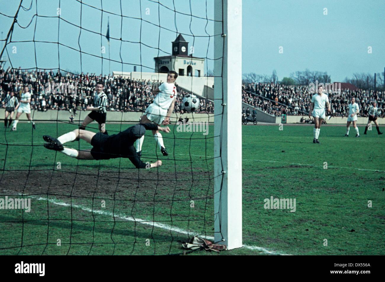 football, Regionalliga West, 1963/1964, Niederrhein Stadium, Rot Weiss Oberhausen versus VfB Bottrop 2:0, save of keeper Helmut Traska (RWO) - Stock Image
