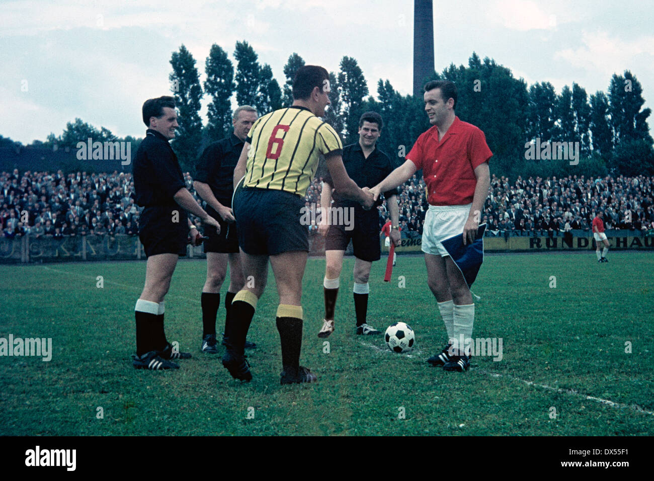 football, Regionalliga West, 1964/1965, Stadium am Suedpark, Eintracht Gelsenkirchen versus Alemannia Aachen 2:0, welcome of the team captains, left Christian Breuer (Aachen), right Willi Klein (Gelsenkirchen), behind referee Kloesters and assistants - Stock Image