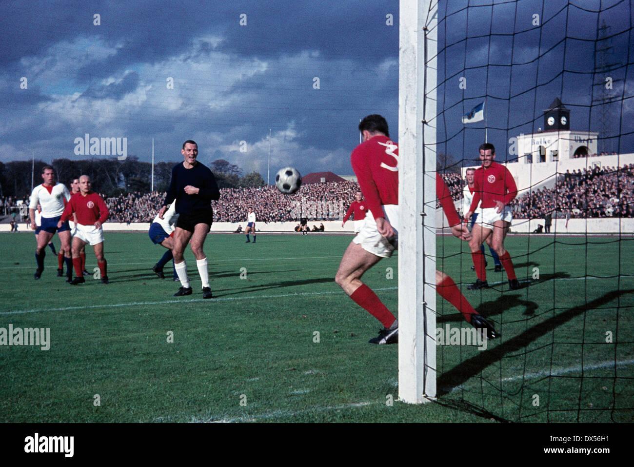 football, Regionalliga West, 1964/1965, Niederrheinstadion, Rot Weiss Oberhausen versus Fortuna Duesseldorf 1:3, defence just before the goalline, f.l.t.r. Friedhelm Kobluhn (RWO), Karl Hoffmann (Fortuna), keeper Albert Goertz (Fortuna), Werner Vigna (For - Stock Image