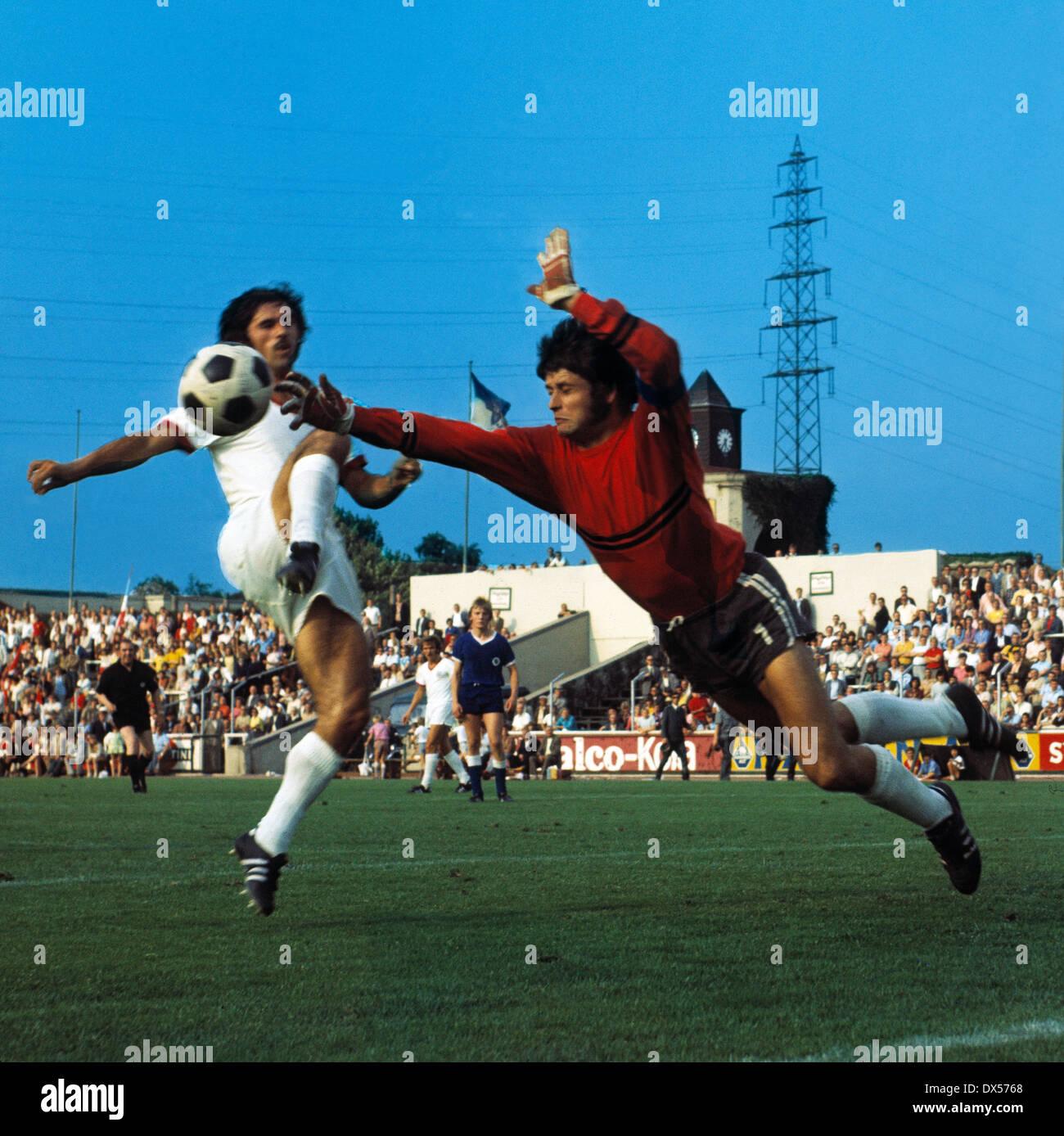 football, Bundesliga, 1970/1971, Niederrheinstadion, Rot Weiss Oberhausen versus FC Bayern Munich 0:4, duel between Gerd Mueller (FCB) left and keeper Wolfgang Scheid (RWO) - Stock Image