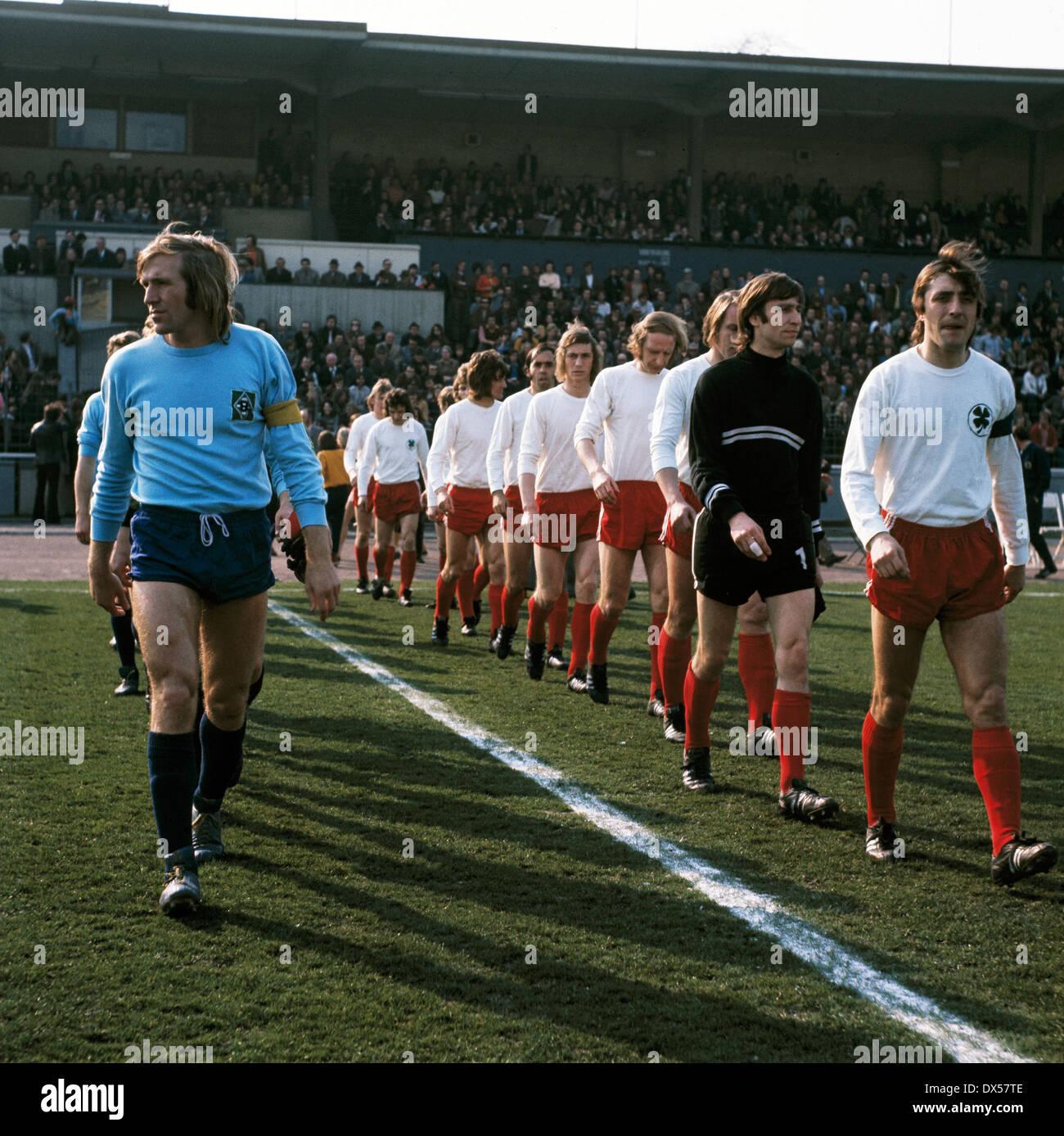 football, Bundesliga, 1972/1973, Niederrheinstadion, Rot Weiss Oberhausen versus Borussia Moenchengladbach 1:3, running-in of the teams, team captains Guenter Netzer (MG) left and Werner Ohm (RWO), behind keeper Willi Jansen (RWO) - Stock Image